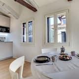 City-Apartment, Terrasse, Stadtblick - Essbereich im Zimmer