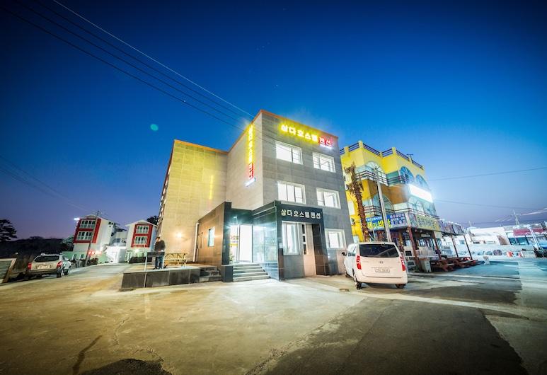Samda Hostel, Jeju City, Fachada del hotel de noche
