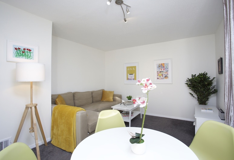 Sleek 2BD House With Garden Heart of Guildford, Guildford
