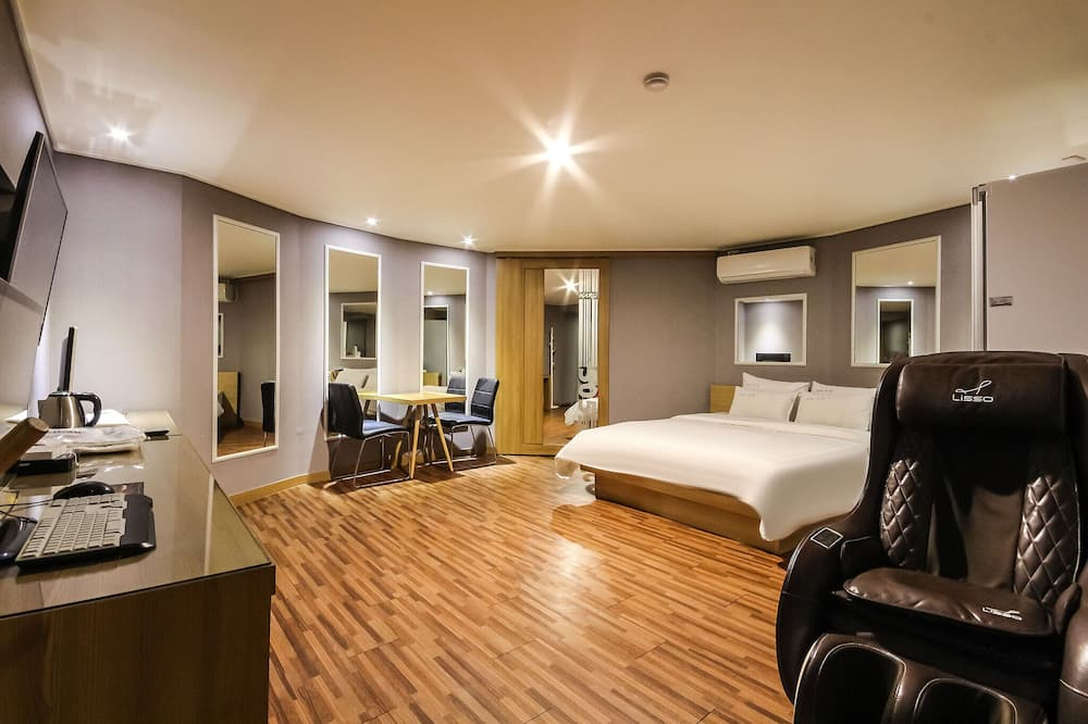 Deluxe Double Room (+ Styler & Massage Chair) - Guest Room