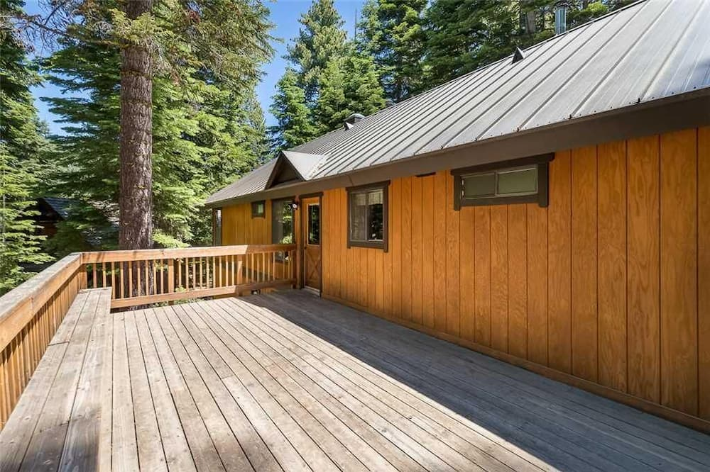 Lejlighed - flere senge (Sauna and Pool Table in Unique Cabin!) - Altan
