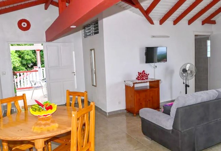 Property With 2 Bedrooms in Vieux-habitants, With Wonderful sea View, Furnished Garden and Wifi, วิเยอซาบิตอง, ห้องนั่งเล่น