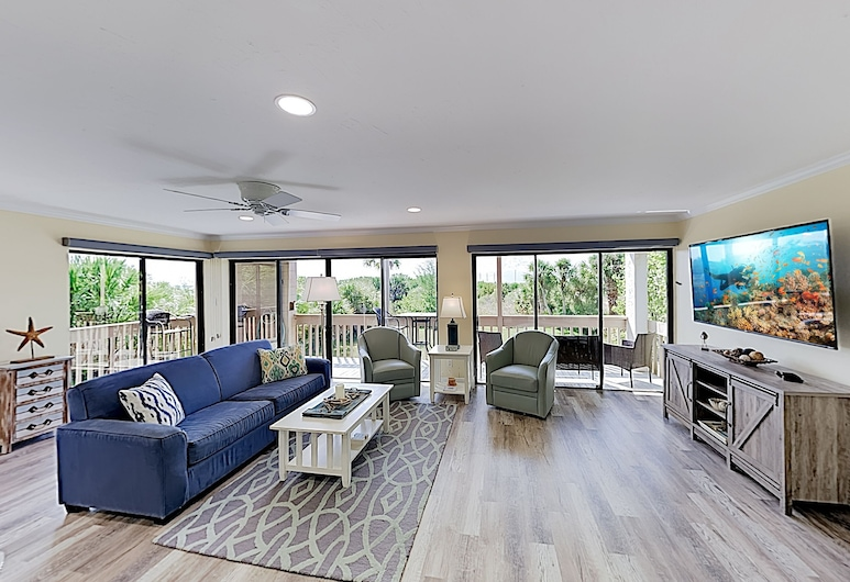 New Listing! Updated Corner Unit W/ Beach Path 3 Bedroom Condo, Siesta Key