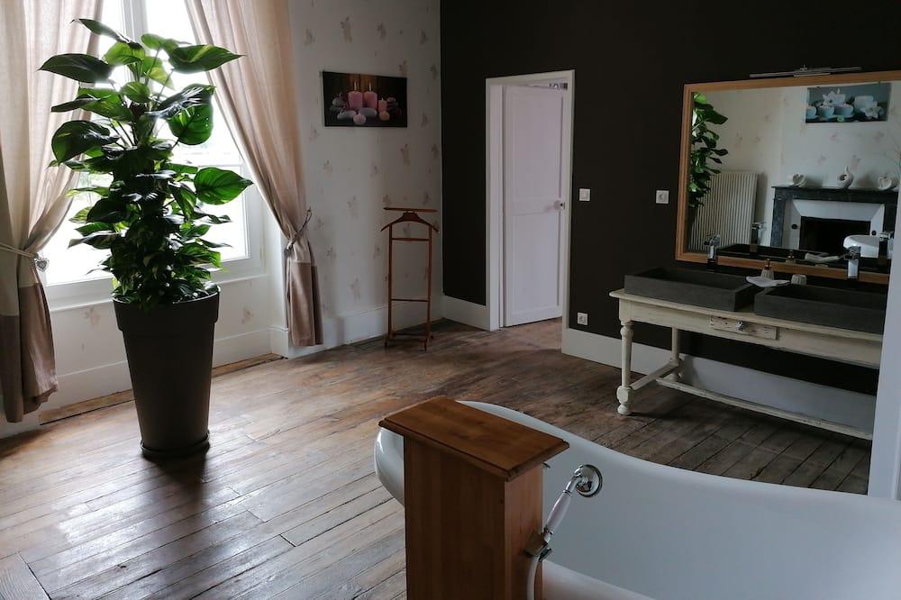 Basic Room (Chatelaine) - Bathroom