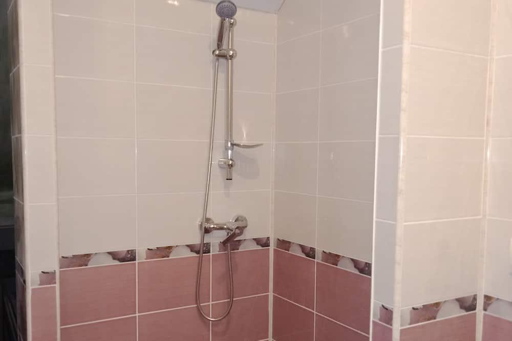 غرفة اقتصادية رباعية - الدش داخل الحمام