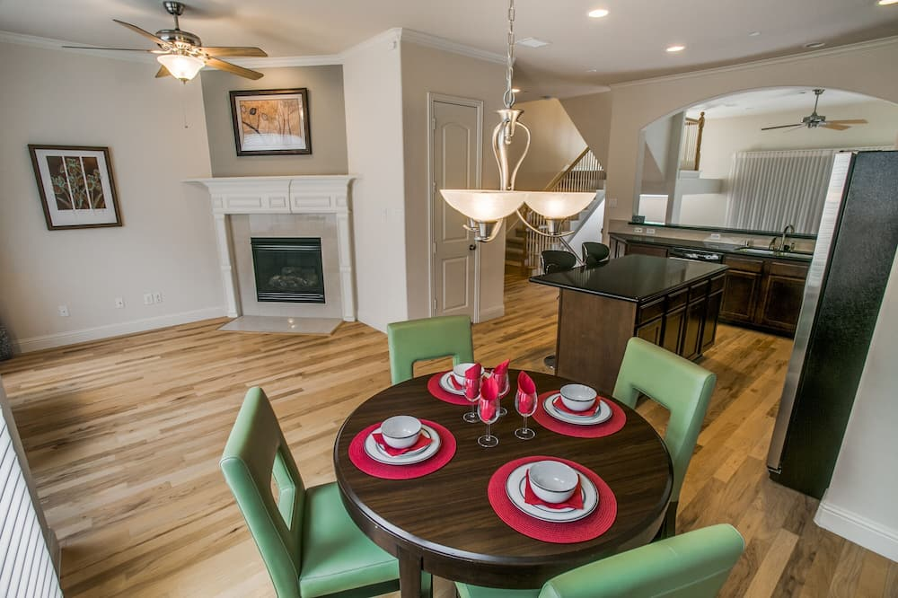 Family Townhome - In-Room Dining