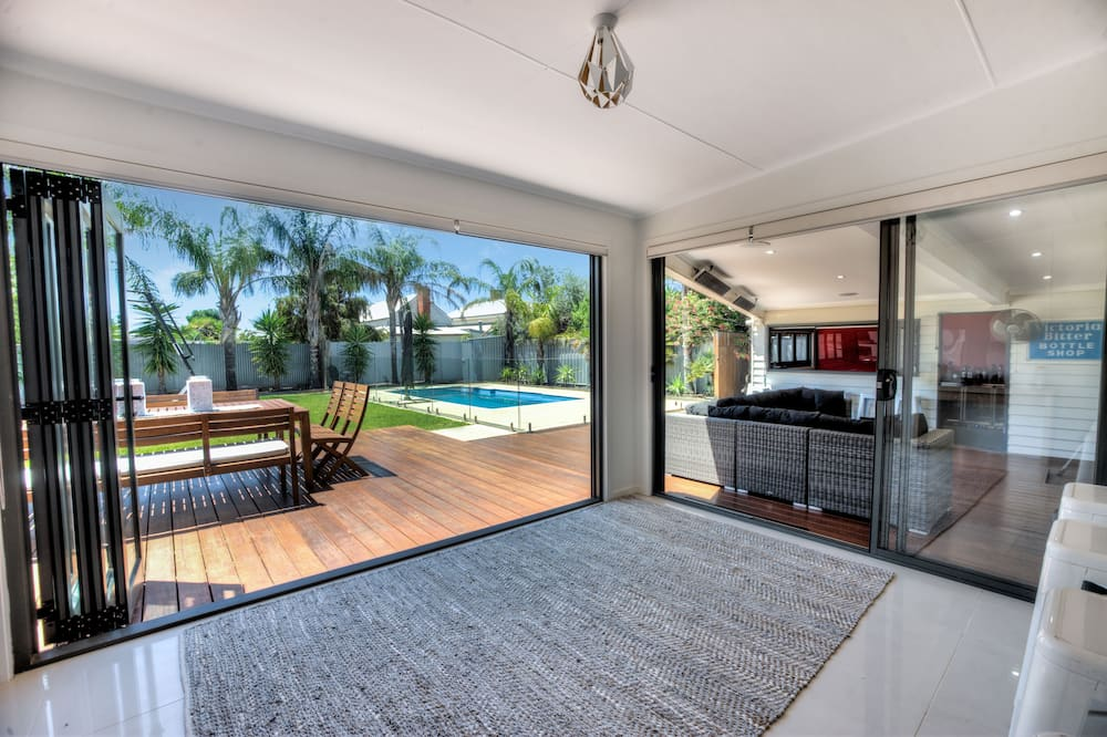 Malibu Palms - 5 Bedroom Family Home With Pool and Fantastic Outdoor Areas