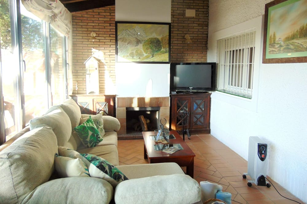 House With 4 Bedrooms in Sanlúcar la Mayor, With Enclosed Garden and Wifi