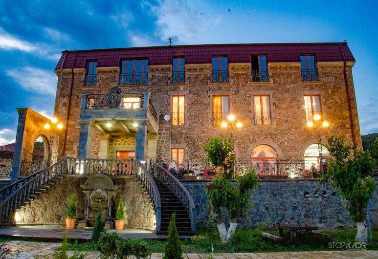 Khoreayi Dzor, Goris, Hotellin julkisivu illalla/yöllä