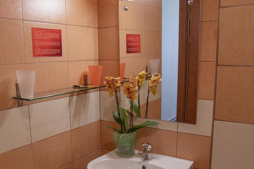 Phòng 2 giường đơn cơ bản - Chậu rửa trong phòng tắm