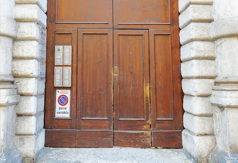 Ex Tribunale Palazzo Bentivoglio Apartment, Ferrara, Ingresso della struttura