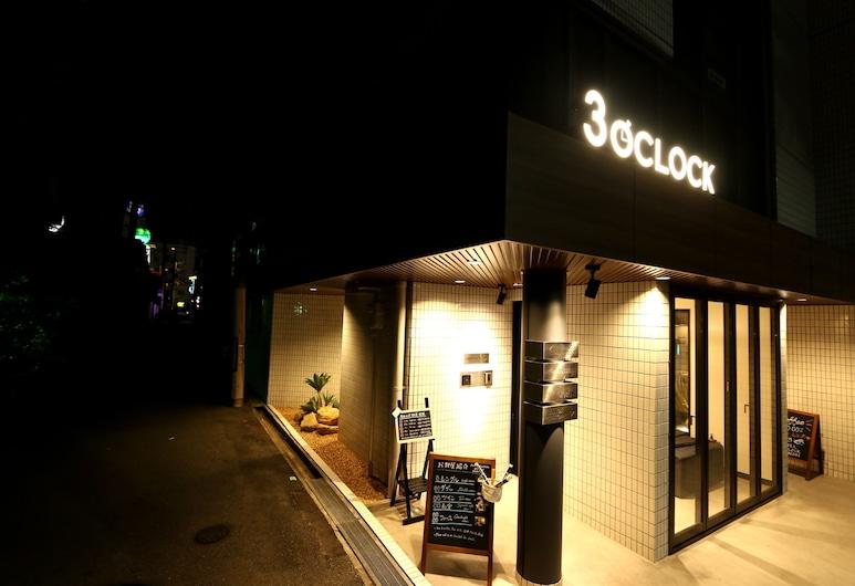 HOTEL 3o'clock TENNOJI, Osaka, Hotelfassade am Abend/bei Nacht