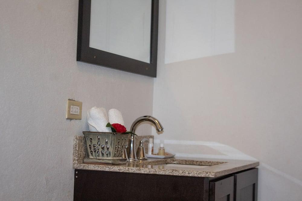 Phòng tiện nghi đơn giản - Chậu rửa trong phòng tắm