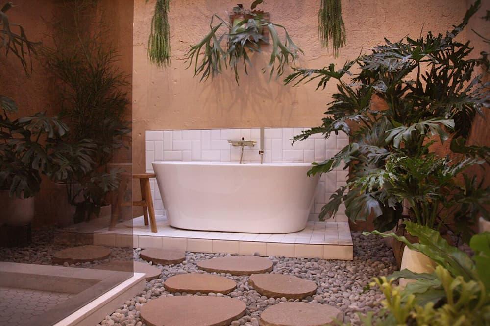 Deluxe Room, 1 King Bed, Bathtub, Garden View - Courtyard View