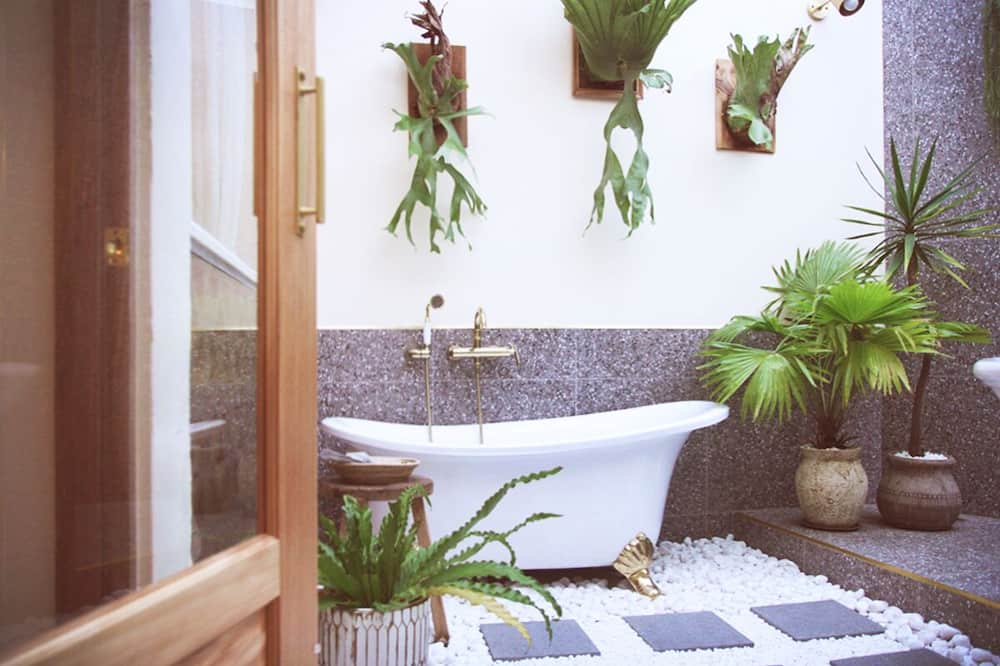 Premier Room, 1 King Bed, Bathtub, Garden View - Bathroom