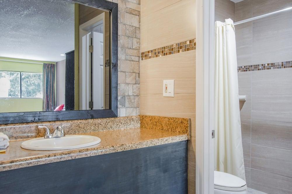 Phòng, 2 giường đôi - Phòng tắm