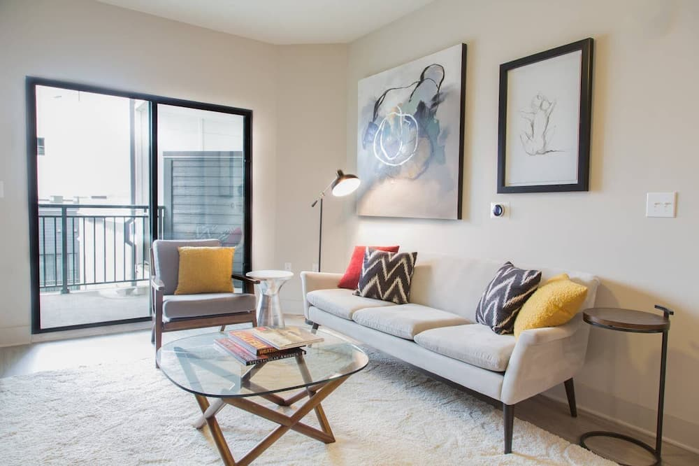 5min to Downtown Walk Everywhere - Living Area