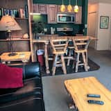 公寓式客房, 1 张特大床, 壁炉, 山景 - 起居室