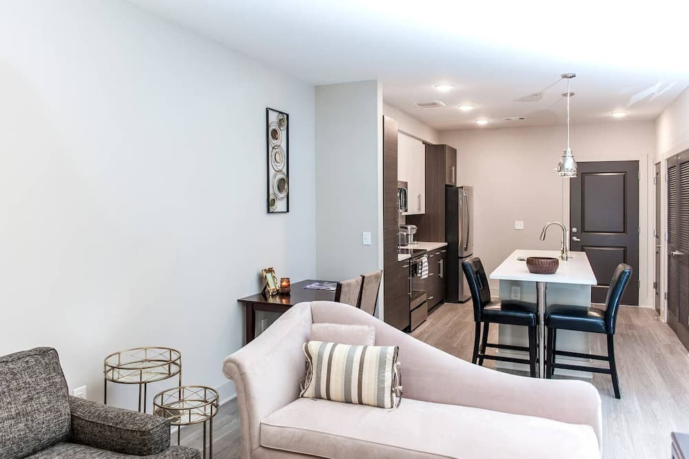 Sleeps 4 5min from Downtown - Living Area
