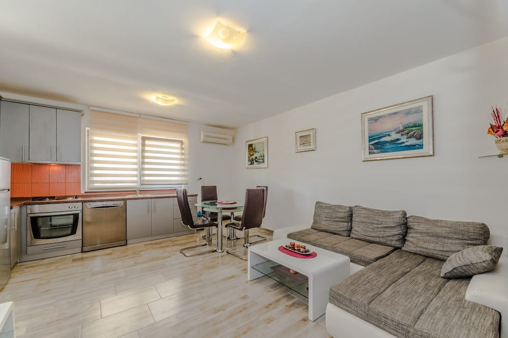 Apartment, 2 Bedrooms (A1) - Living Area