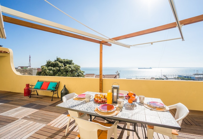 Panoramic Tagus River Terrace Apartment in Alfama, Lissabon, Terassi/patio