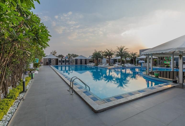 Skyline Club and Resorts, Indore, Piscina Exterior