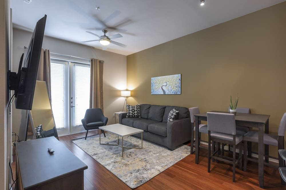 เอ็กเซกคิวทีฟอพาร์ทเมนท์, เตียงคิงไซส์ 1 เตียง และโซฟาเบด - ห้องนั่งเล่น