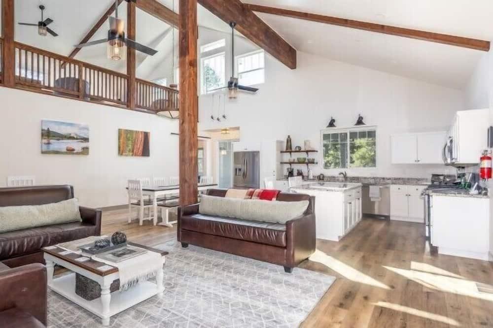 Cabin (El Capitan) - Living Room