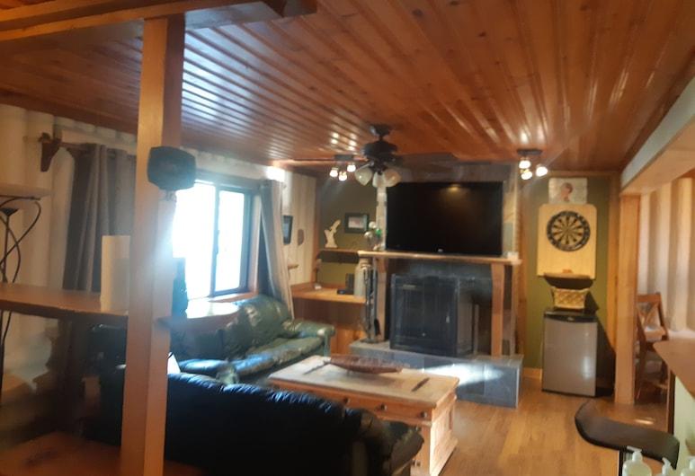 Uma verdadeira experiência na costa oeste, com casa de madeira personalizada de 3 quartos em áreas privadas., Sooke, Sala de Estar