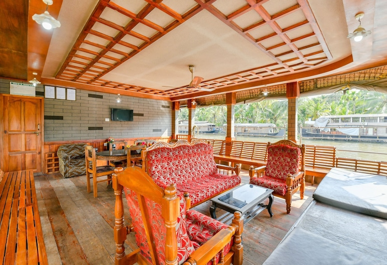 OYO 45941 Houseboat Parthasarathy 5 BHK Luxury, Alappuzha, Sala de estar