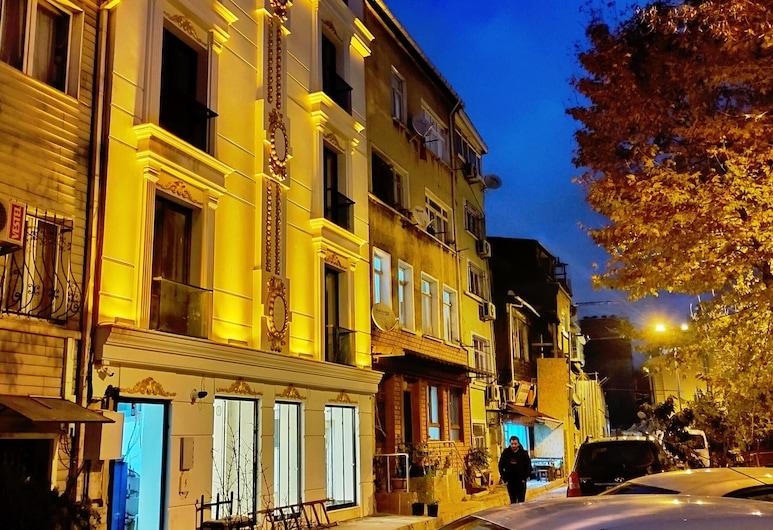 The Camelot Hotel, Istanbul, Hotellets front – kveld/natt