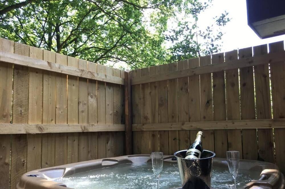 Squirrel Lodge Hot Tub