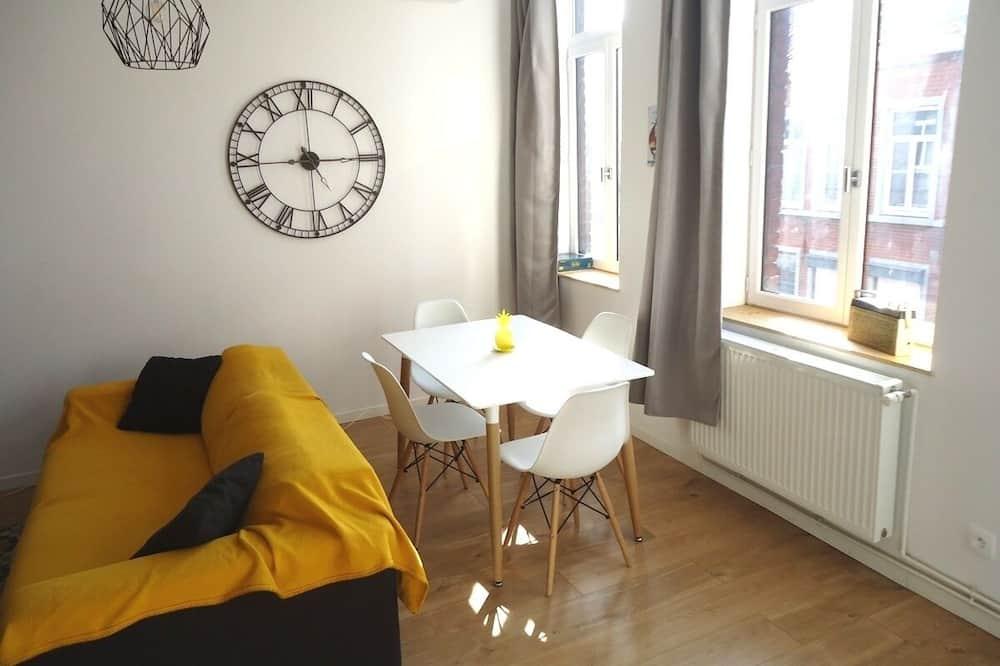 Apartamentai, iš miegamojo pasiekiamas vonios kambarys, vaizdas į miestą - Svetainė