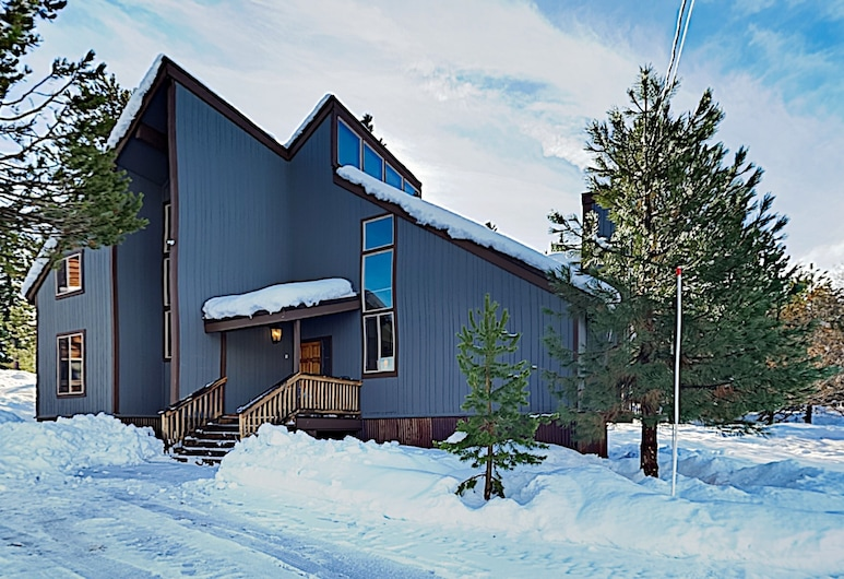 New Listing! Funhouse#1 W/ Game Room & Fireplaces 3 Bedroom Home, Truckee