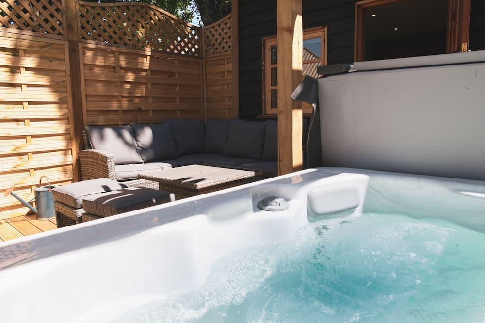 Kotedža, divas guļamistabas, apsildāms kubuls, skats uz pagalmu (The Dairy) - Privātā spa vanna