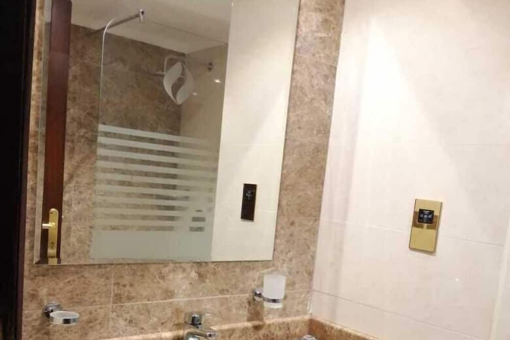 Quint Room Five Comfortable Single Beds - Lavabo en el baño