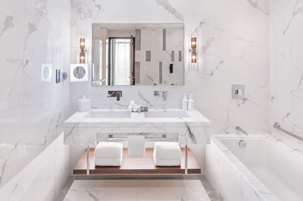 Deluxe-Suite, 1King-Bett, Poolblick - Badezimmer
