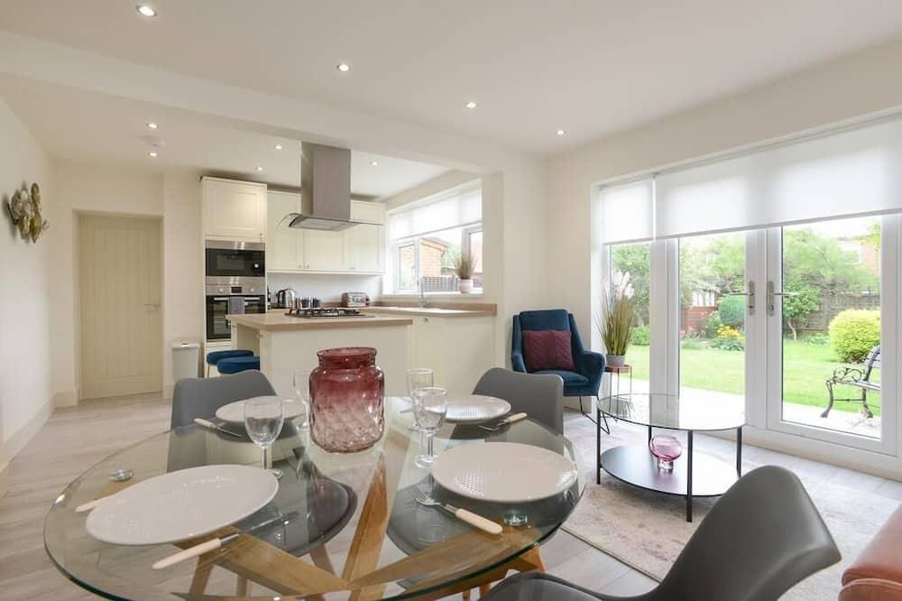 Prabangaus stiliaus namas - Vakarienės kambaryje