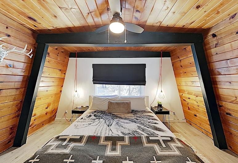 Rustic-chic Remodel W/ Fireplace, Deck & Hot Tub! 3 Bedroom Cabin, Биг-Биар-Лейк, Домик, 3 спальни, Номер
