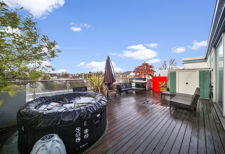 2 Bed Chic Apartment near Central London FREE WIFI, London, Terrace/Patio