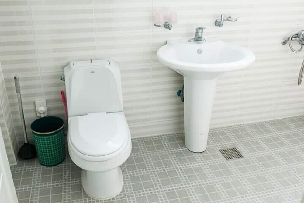 Byt typu Business, nefajčiarska izba, výhľad na záhradu (Ran) - Kúpeľňa