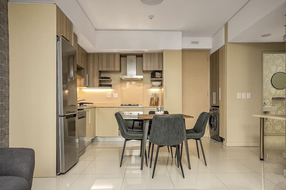 شقة واسعة - غرفة نوم واحدة - تناول الطعام داخل الغرفة