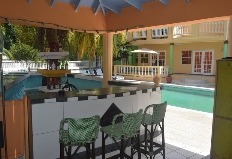 Bay Heights Bed and Breakfast, Gros Islet, Poolside Bar