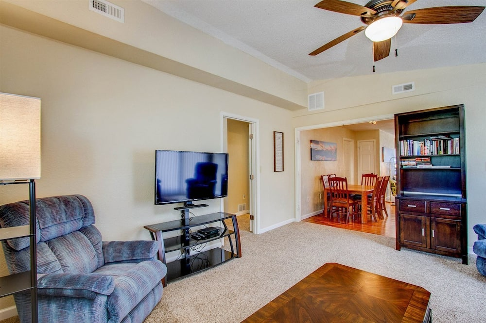 House (318_Maplewood) - Living Room