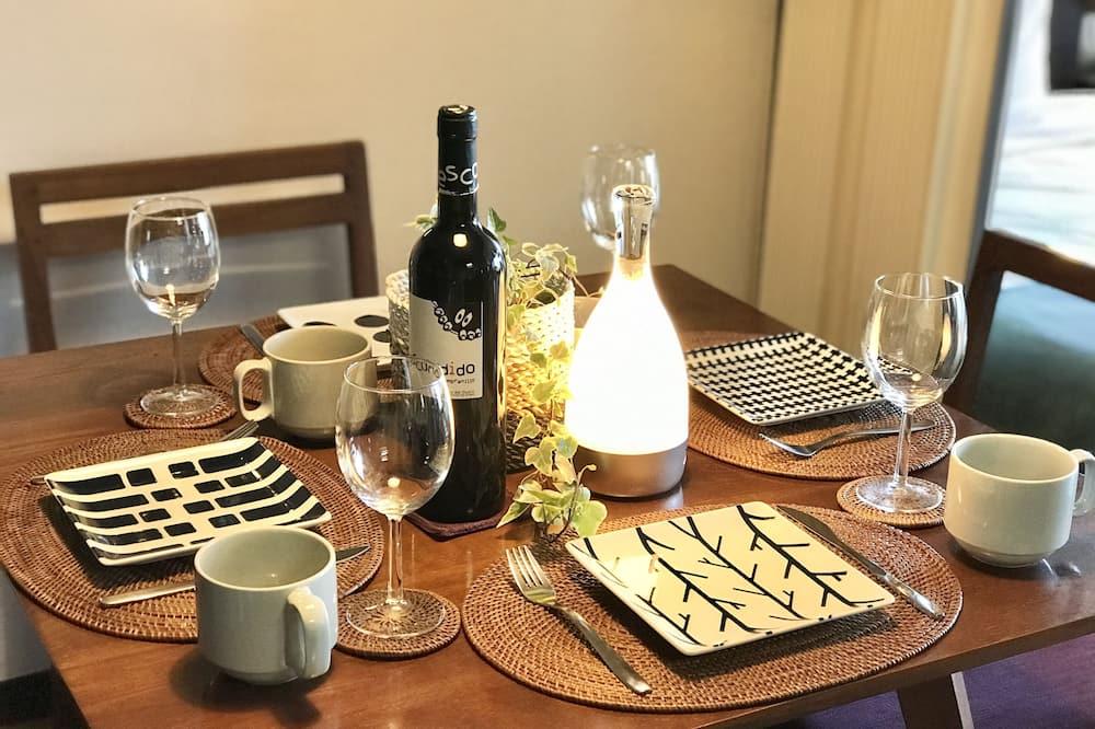 Room (313) - Tempat Makan dalam Bilik