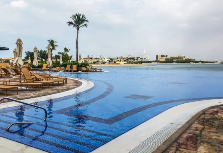 Breathtaking Views, Relaxing Apt @ The Palm, Dubai, Pool