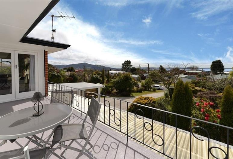 Hillside Heaven Quiet & Comfortable, Rotorua, Deluxe House, 6 Bedrooms, Terrace/Patio