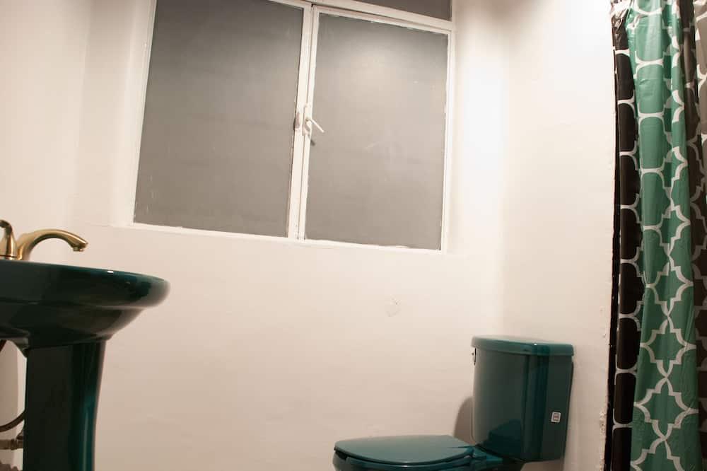 Közös hálóterem, vegyes hálóterem - Fürdőszoba