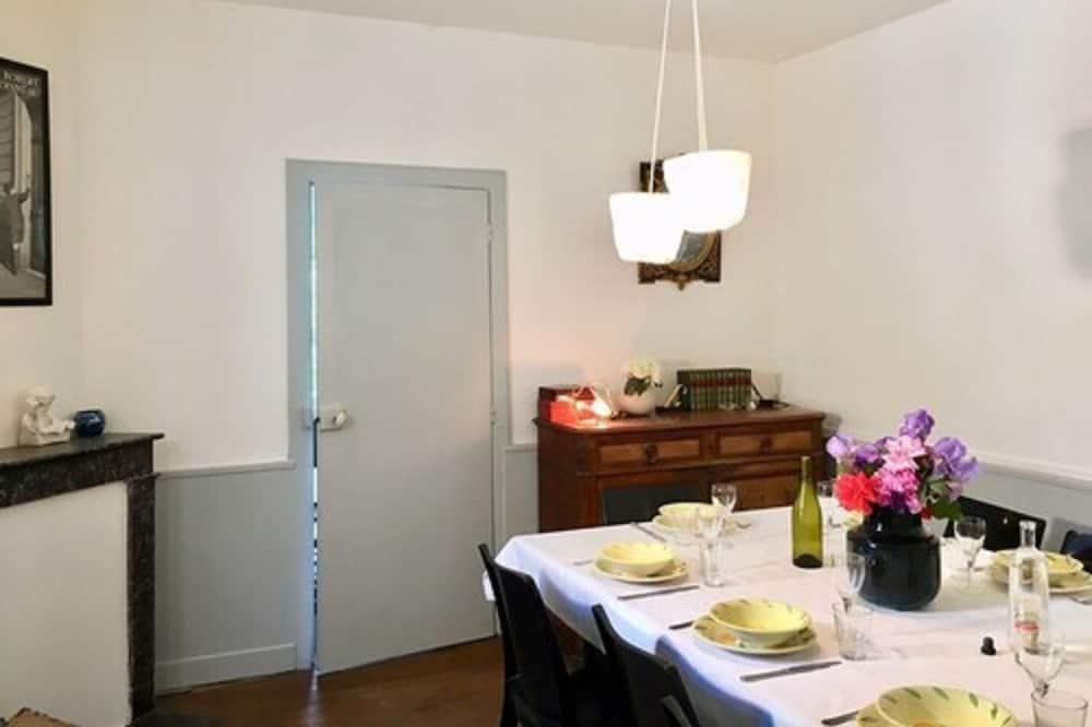 مكان نوم مشترك بتجهيزات أساسية - مطبخ مشترك