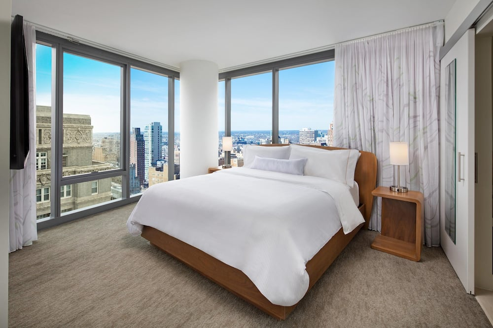 City Suite, 1 King Bed, City View, Corner - Guest Room